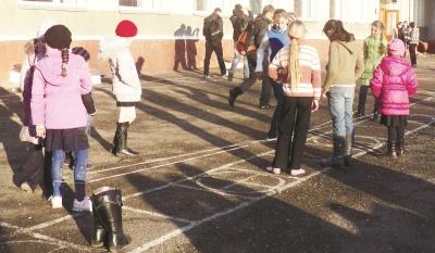 Просіла підлога, стіни й стеля криві та пошарпані: школа на Буковині в аварійному стані