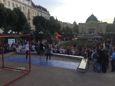 """Сцена """"Молодіжна"""" У Чернівцях зібрала близько 200 глядачів"""