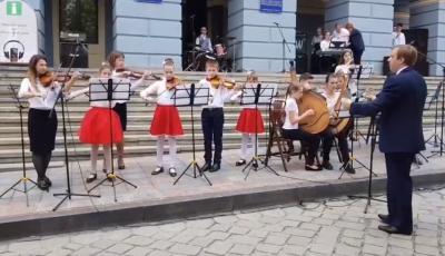 """На Дні вуличної музики в Чернівцях учні зіграли відому мелодію з """"Гри престолів"""" - відео"""