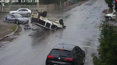 """""""Фіат"""" вчинив потрійну ДТП в Коломиї і перекинувся: за кермом був чернівчанин - відео"""