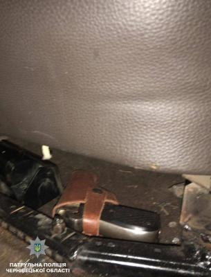 Знайшли наркотики та зброю: у Чернівцях поліцейські продовжують зупиняти п'яних водіїв