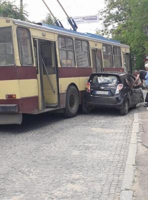 На Соборній площі ускладнено рух: зіткнулися тролейбус та легковик