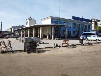 На автовокзалі в Чернівцях стелять нову бруківку - фото