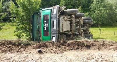 «Подвір'я залило бетоном»: у селі на Буковині перекинувся бетонозмішувач