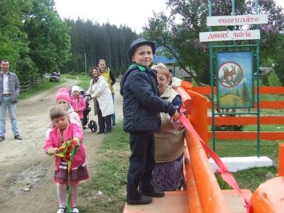 На Буковині лісівники збудували гральний майданчик для дітей