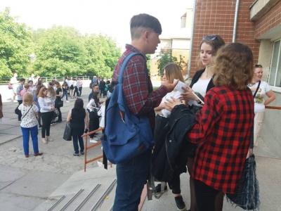 «З Богом, донечко! Все буде добре!»: як випускники здають ЗНО з української мови (ФОТО)