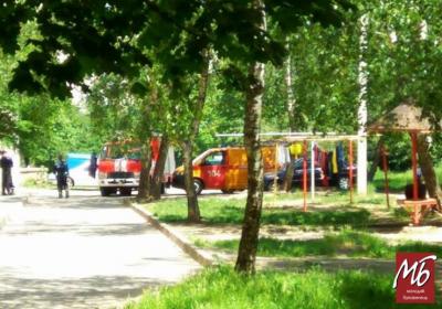 У Чернівцях через повідомлення про підозрілий предмет заблокували вхід до трьох під'їздів будинку - фото