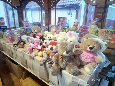 На Буковині молодята на своєму весіллі зібрали цілу гору іграшок для дитячого будинку - фото