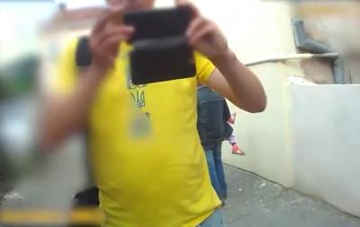 У Чернівцях поліція вивела в наручниках агресивного чоловіка з кастингу популярного телешоу - відео