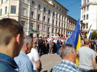 У Чернівцях на колінах попрощалися з бійцем 24-ї бригади Віктором Ферлієвичем (фото)