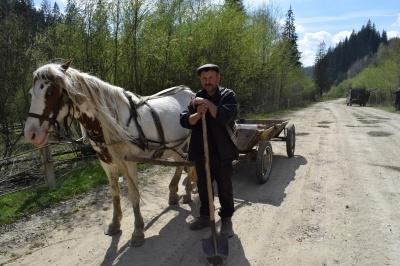 На дорогу від 10 до 200 гривень: у селі на Буковині мешканці дорогу латають самотужки