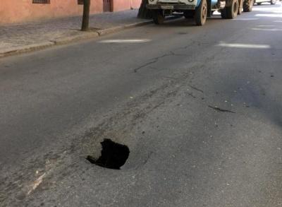 Сердечко, чорна діра чи яма для закоханих: у Чернівцях на вулиці Котляревського утворилась глибока яма - фото