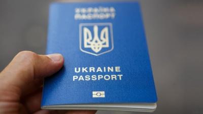 """Україна значно покращила позицію в """"індексі паспортів"""""""