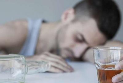 Дослідники з'ясували, чому люди стають алкоголіками