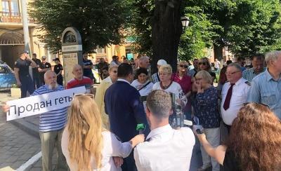 Відставка Каспрука: під міськрадою Чернівців сотні жителів вимагають в депутатів не підтримувати скандальне рішення