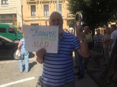 «Не ви обирали і не вам його знімати»: чернівчани під ратушею про відставку мера Каспрука