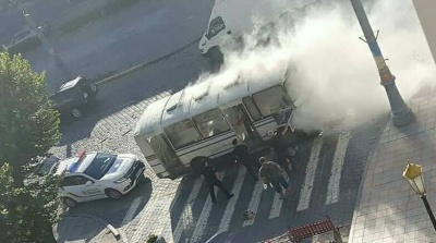 Рятувальники розповіли, через що у Чернівцях загорілась маршрутка під мерією