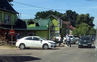 Учбовий ВАЗ потрапив у ДТП на перехресті з несправним світлофором у Сторожинці - фото