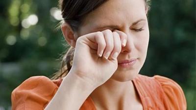 Чому сльозяться очі: основні причини