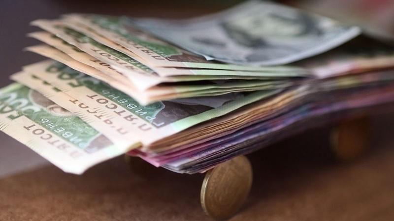 Середня заробітна плата на Прикарпатті складає 8562 гривень