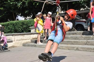 """""""Одягали шоломи і спускали мотузкою"""": у Чернівцях дітям показали спорядження рятувальників - фото"""