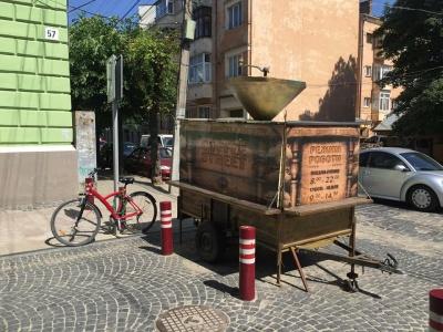 У центрі Чернівців демонтували кавомобіль, встановлений без дозволу
