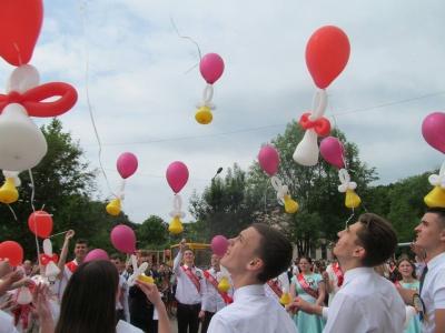 З 600 учнів – понад 200 відмінників: школа з поглибленим вивченням української на Буковині завершила навчальний рік