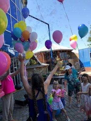Виступи циркачів, аніматорів та квест: діти-сироти та позбавленні батьківського піклування з Буковини побували на святі - фото