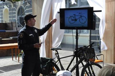 У Чернівцях партульні вчили людей правилам їзди на велосипеді