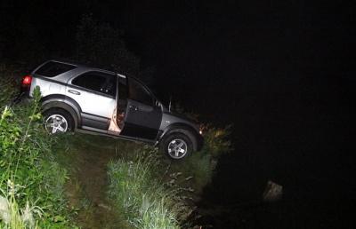 Не поставив на ручне гальмо і авто покотилося: на Буковині позашляховик ледь не злетів у річку - фото