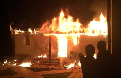 Пошкоджено дах та майно: у Сторожинці вночі горіла господарська будівля - фото, відео