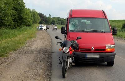 На Буковині мікроавтобус врізався у мотоцикл: водію «буса» стало зле за кермом