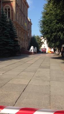 У Чернівцях евакуювали 400 працівників ОДА через повідомлення про замінування - фото
