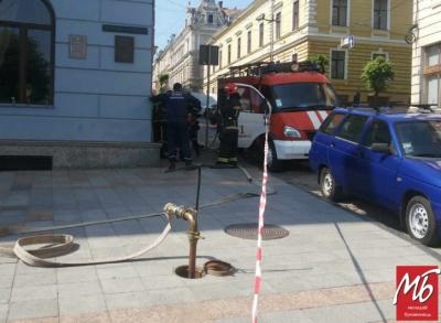 У Чернівцях з ратуші також евакуювали працівників через пошуки вибухівки - фото
