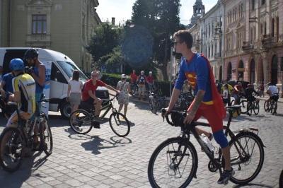 Супермен катався на велосипеді: на велодень до Чернівців приїхав відомий герой коміксів - фото