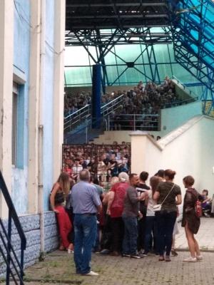 Ажіотаж на Винника. Послухати концерт популярного артиста під Літнім театром зібралися сотні людей - фото