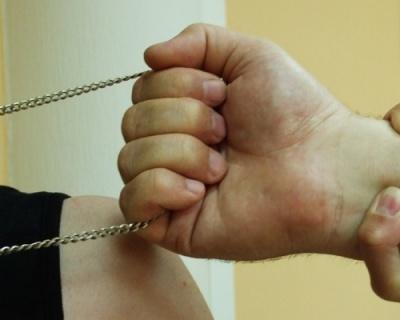 Зірвали золотий ланцюжок і втекли: у Чернівцях поліція затримала братів за грабіж