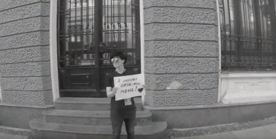 «Я лесбійка - обійми мене»: у Чернівцях ЛГБТ-активістка провела соціальний експеримент - відео