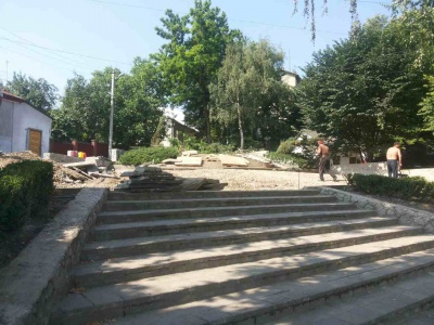 У Чернівцях почали капремонт скверу, де буде пам'ятник жертвам Голодомору - фото