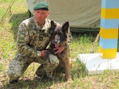 """""""Працювати з """"німцями"""" - одне задоволення"""": на Буковині прикордонник виховує собак, які затримують порушників"""