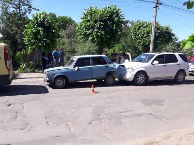 Потрійна ДТП у Чернівцях: «Мерседес» в'їхав у «Ладу», яка зачепила ще один «Мерс» - фото