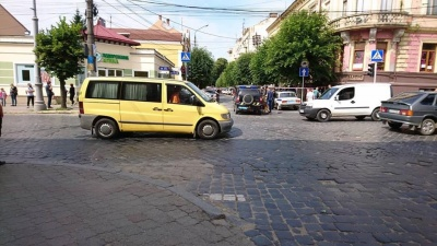У Чернівцях перекрили вулицю поблизу СБУ через повідомлення про вибухівку