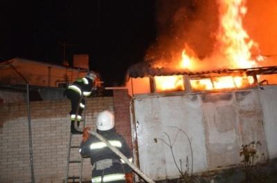 Полум'я пошкодило перекриття та покрівлю літньої кухні: на Буковині через недопалок ледь не згорів будинок