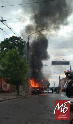 У центрі Чернівців загорілась вантажівка «Укрпошти» - фото