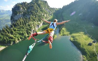 Стрибок зі скелі чи моста та сплав по гірській річці: які види екстримального відпочинку є поблизу Буковини