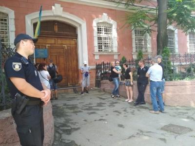 Вимагали зустрічі з родичами: рідні ув'язнених зібралися під стінами Чернівецького СІЗО