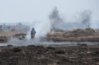 На Донбасі бойовики 10 разів обстріляли опорні пункти Об'єднаних сил, поранено військового