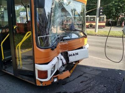Боротьба за пасажирів: у Чернівцях маршрутка залишилась із розтрощеним лобовим склом через ДТП із тролейбусом