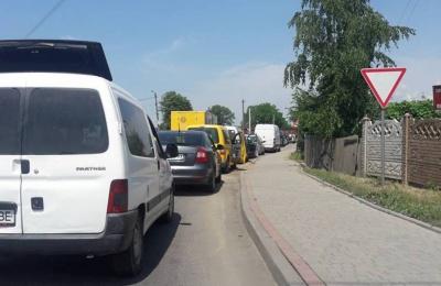 На трасі біля Чернівців утворився значний затор через вантажний поїзд, що зупинився на переїзді