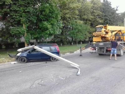 На Буковині водій збив електроопору, бо хотів об'їхати кота - фото
